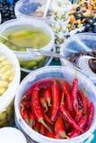 Chilis rossi luminosi ed a nord prerogative africane in secchi bianchi in un mercato francese a Parigi Immagini Stock Libere da Diritti