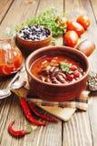 Chilisoppa med röda bönor och gräsplaner royaltyfri fotografi