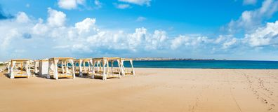 Chill зона салона на песчаном пляже Стоковое Фото
