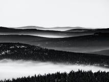 Chill обратная погода в горах зимы, тяжелый туман Стоковое Фото