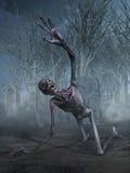 Chillar al zombi en un cementerio Imagenes de archivo