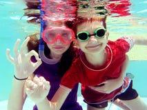 2 chilldren подводное Стоковое Фото