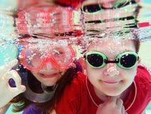 2 chilldren подводное Стоковые Фотографии RF