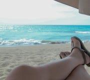 Chillin& x27; en la playa imagen de archivo