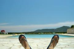 Chillin por la piscina Fotos de archivo libres de regalías