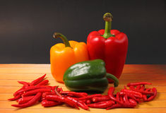 Chillis e paprika vermelhos Foto de Stock