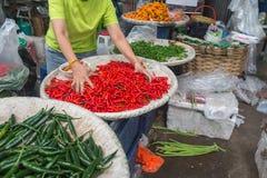 Chillis para la venta en mercado tailandés Imagen de archivo libre de regalías