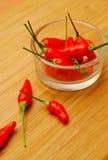Chillis rojos en un tazón de fuente Fotos de archivo libres de regalías