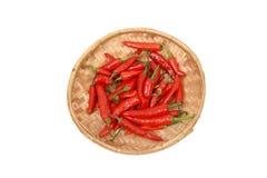 Chillis rouges dans le plateau en bambou - première vue Photos libres de droits