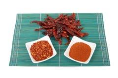 Chillis secados - inteiros, esmagados e mmoídos Fotografia de Stock Royalty Free