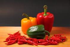 Chillis y paprikas rojos Foto de archivo