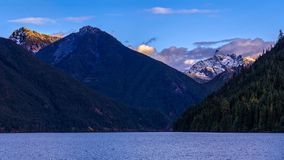 Chilliwack See mit Berg-Redoute im Hintergrund, der a ist Stockbilder