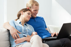 Chillout auf einer Couch Lizenzfreies Stockfoto