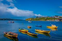 CHILOE,智利- 2018年9月, 27日:用于fishermans连续的有些小船室外看法在chonchi港口  免版税库存图片