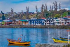 CHILOE, ЧИЛИ - 27-ОЕ СЕНТЯБРЯ 2018: Внешний взгляд некоторых шлюпок в гавани chonchi в острове Чили Chiloe стоковое изображение