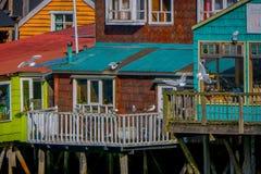 CHILOE, CHILE - SEPTEMBER, 27, 2018: Häuser auf Stelzen palafitos in Castro, Chiloe-Insel, Patagonia lizenzfreie stockfotos