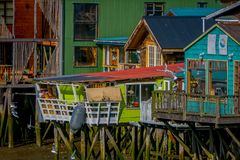 CHILOE, CHILE - SEPTEMBER, 27, 2018: Häuser auf Stelzen palafitos in Castro, Chiloe-Insel, Patagonia stockfotos