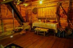 CHILOE, CHILE - SEPTEMBER, 27, 2018: Innenansicht alten dinning Raum indise Chonchi-Museums gefüllt mit Gegenstand stockfotos