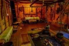 CHILOE, CHILE - SEPTEMBER, 27, 2018: Innenansicht alten dinning Raum indise Chonchi-Museums gefüllt mit Gegenstand lizenzfreies stockfoto
