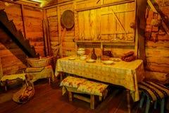 CHILOE, CHILE - SEPTEMBER, 27, 2018: Innenansicht alten dinning Raum indise Chonchi-Museums gefüllt mit Gegenstand stockbild