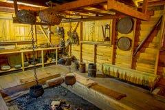 CHILOE, CHILE - SEPTEMBER, 27, 2018: Innenansicht alten dinning Raum indise Chonchi-Museums gefüllt mit Gegenstand stockfoto