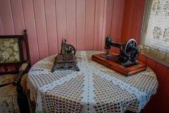 CHILOE, CHILE - SEPTEMBER, 27, 2018: Innenansicht der alten Nähmaschine über einem Holztisch an der Chonchi-Museumsausstellung lizenzfreies stockbild