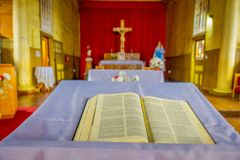 CHILOE, CHILE - SEPTEMBER, 27, 2018: Innenansicht der hölzernen gemachten Kirche in Chonchi, Chiloe-Insel in Chile Nuestra lizenzfreie stockfotos