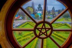 CHILOE CHILE - SEPTEMBER, 27, 2018: Inomhus sikt av fönstret av Nercon den kyrkliga katolska templet som lokaliseras i chilotakom arkivfoton