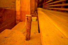 CHILOE, CHILE - SEPTEMBER, 27, 2018: Schließen Sie oben vom selektiven Fokus des hölzernen Stockinneres der historischen Kirche v lizenzfreie stockfotografie