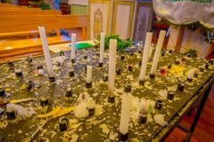 CHILOE, CHILE - SEPTEMBER, 27, 2018: Schließen Sie oben vom selektiven Fokus von geschmolzenen Kerzen nach innen der Kirche in Ne lizenzfreie stockbilder