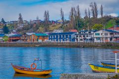 CHILOE, CHILI - SEPTEMBER, 27, 2018: Openluchtmening van sommige boten in de chonchihaven in Chiloe-eiland Chili stock afbeelding