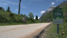 1,1 chilometro prima della cima nelle alpi francesi, d'Ornon del passo, Francia video d archivio