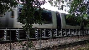 Chiltern przechodzi obok w Hertfordshire wsi Wykłada klasy 165 Turbo oleju napędowego pociąg zbiory wideo