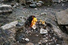 Chimère, les yanartas brûlants de roche, Cirali, Antalya, Turquie photographie stock