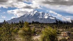 Chimborazo Volcano Time Lapse With Clouds die voorbij op Sunny Day vliegen stock video