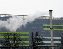 Chimenea alta delante del edificio alto, en Bucarest, Rumania Imagen de archivo