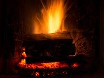 Chimenea ardiente con leña Foto de archivo libre de regalías