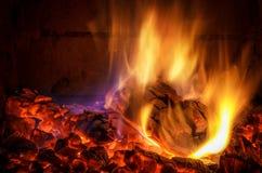 Chimenea ardiente del inicio de sesión fotografía de archivo libre de regalías