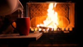 Chimenea ardiente y una taza de té Humor acogedor Fondo almacen de metraje de vídeo