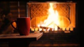 Chimenea ardiente y una taza de t? Humor acogedor Fondo almacen de video