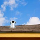 Chimenea azul de la ventana del tragaluz del tejado fotos de archivo
