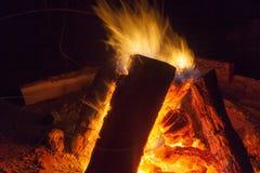 Chimenea caliente por completo del burning de madera y del fuego Fotos de archivo
