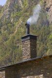 Chimenea con humo Foto de archivo
