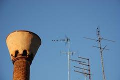 Chimenea con las antenas Imagenes de archivo