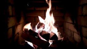 Chimenea con las llamas de la talla media metrajes
