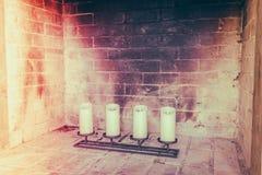 Chimenea con las velas decorativas (Imagen filtrada procesada Imagen de archivo