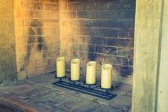 Chimenea con las velas decorativas (Imagen filtrada procesada Imagen de archivo libre de regalías