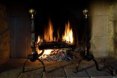 Chimenea con un fuego caliente Foto de archivo libre de regalías