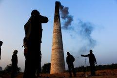 Chimenea de la contaminación atmosférica del fabricante del ladrillo Fotos de archivo libres de regalías