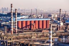 Chimenea de la fábrica de la industria pesada en Pekín Fotos de archivo